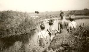 Författaren vid borgens vallgrav1948