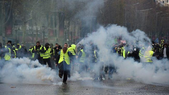 gula västarna Paris 1